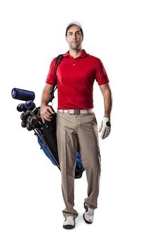 Giocatore di golf in una camicia rossa che cammina con un sacco di mazze da golf sulla schiena, su uno spazio bianco.
