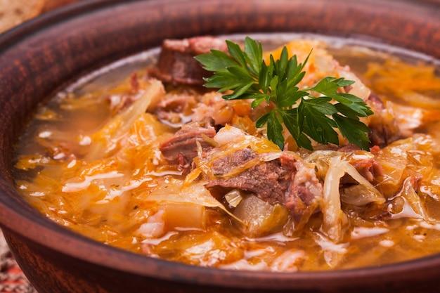 Gombaleves - zuppa ungherese di chrismtas con crauti, salsicce, funghi e orzo