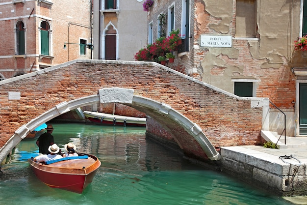 Gondola e canale a venezia