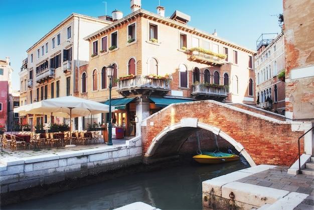 Gondole sul canale a venezia. venezia è una popolare destinazione turistica d'europa.