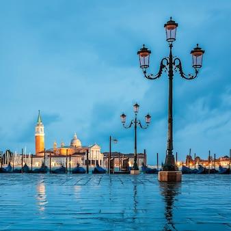 Gondole galleggianti nel canal grande in una giornata nuvolosa, venezia, italia.
