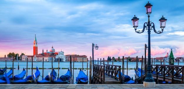 Gondole galleggianti nel canal grande, vista panoramica