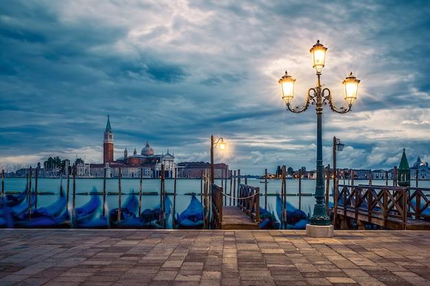 Gondole galleggianti nel canal grande in un giorno di pioggia, venezia