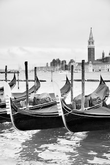 Gondole vicino a piazza san marco a venezia, italia. immagine in bianco e nero