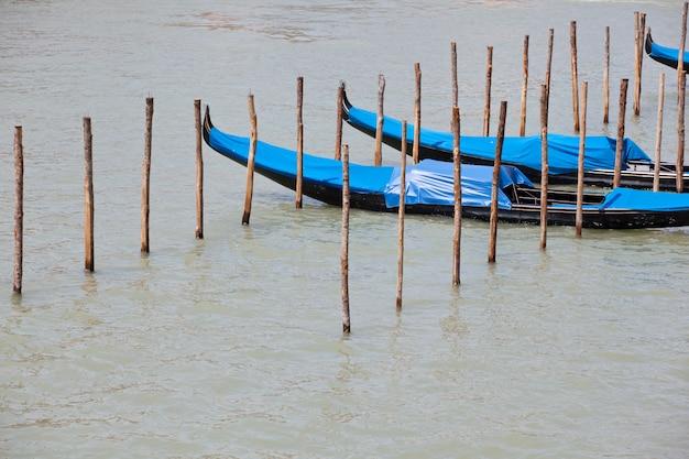 Parcheggio di gondole nella tradizionale barca a remi veneziana