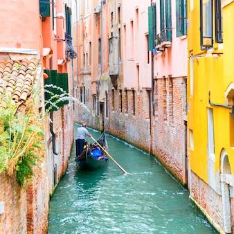 Gondoliere in gondola su un canale a venezia, italy