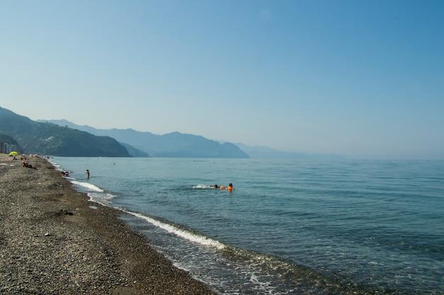 Gonio, georgia - 27 agosto 2021: persone sulla spiaggia, mar nero e sabbia