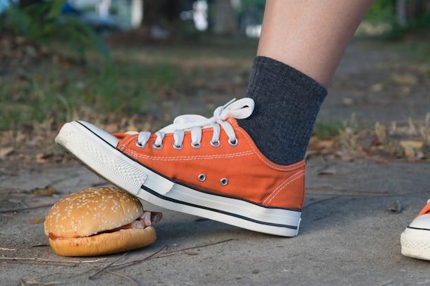 Arrivederci hamburger di cibo spazzatura lasciato a fare jogging