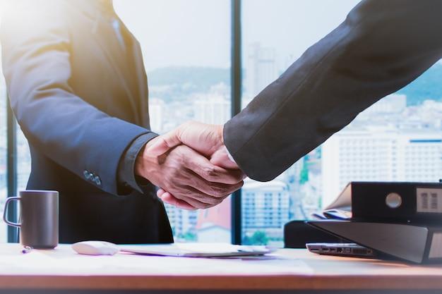Buon affare. gli uomini d'affari si stringono la mano in ufficio - immagine