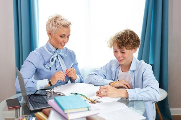 Insegnante e allievo di bell'aspetto che hanno lezione