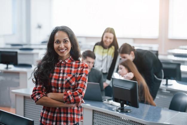 Giornata buona e positiva. gruppo di giovani in abiti casual che lavorano nell'ufficio moderno.