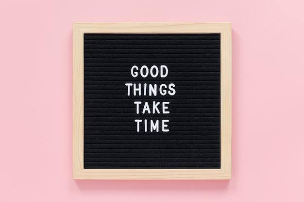 Le cose buone richiedono tempo. citazione motivazionale sulla bacheca nera citazione ispiratrice del concetto del giorno.