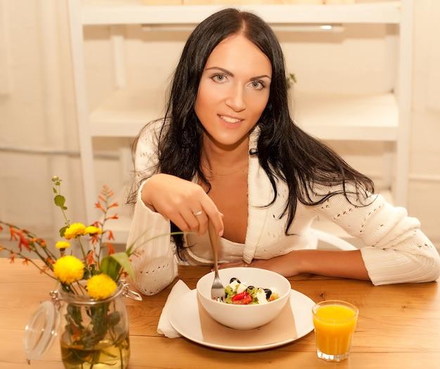 Buona colazione per una giovane donna bruna