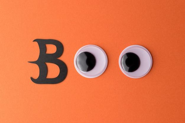 Occhi finti su uno sfondo arancione