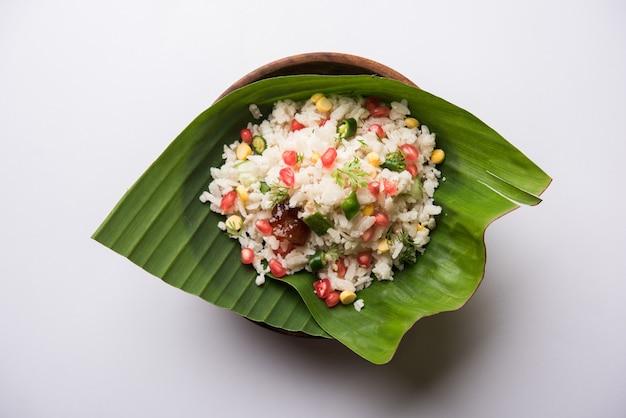 Gopalkala o dahi kala è un prashad offerto al signore krishna su janmashtami o gokulashtami. realizzato con riso sbattuto, cagliata, latte, zucchero, melograno, peperoncino, sottaceti e coriandolo