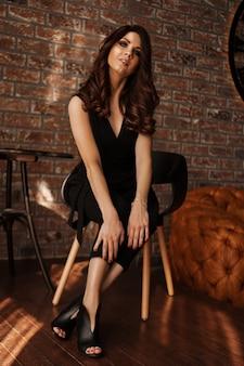 Splendida bella donna sexy con bei capelli lunghi