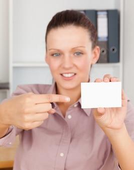Splendida donna d'affari che punta a una carta