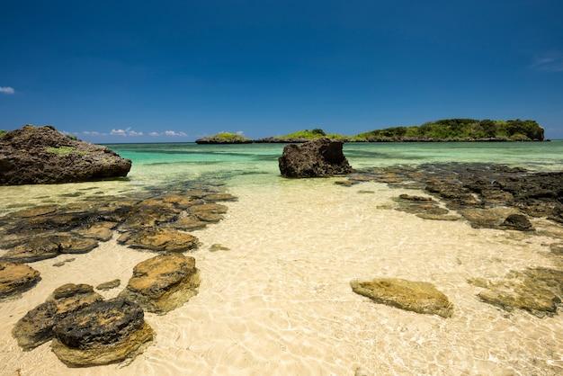 Splendido mare cristallino rocce costiere sabbie bianche sulla spiaggia di hoshizuna iriomote island