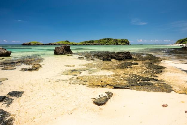 Splendido mare cristallino rocce costiere isolotti di sabbia bianca sulla spiaggia di hoshizuna iriomote island