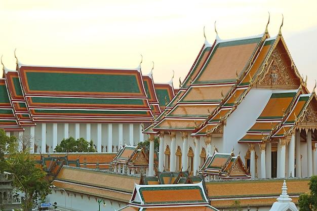 Splendida vista serale del tempio buddista wat suthat thepwararam nella città vecchia di bangkok, thailand