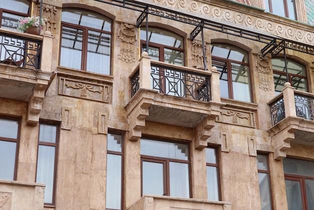 Splendida facciata di un edificio vintage europeo per stay-at-home concept