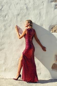 Splendida modella in elegante abito rosso.