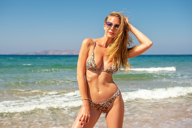 Splendida modella in posa su una spiaggia di sabbia.