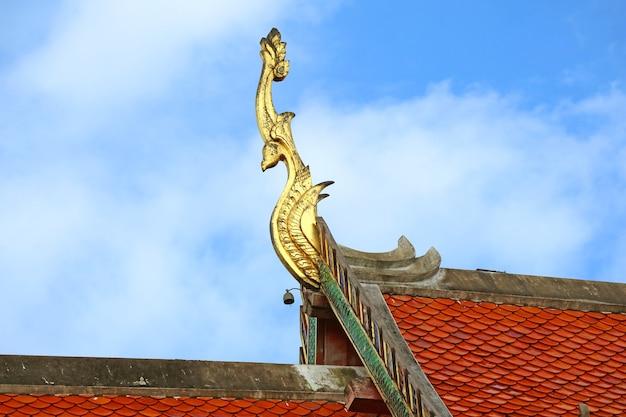 Splendido golden gable apex di wat phra that chang kham worawihan templi tetto nan city thailand