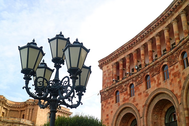 Splendido lampione con splendide architetture in piazza della repubblica nel centro di yerevan, armenia