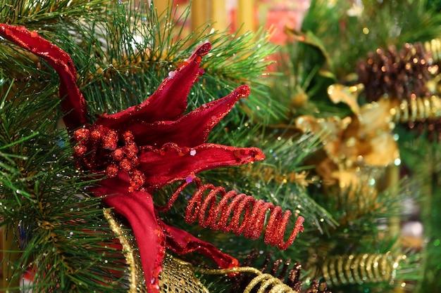 Splendido fiore artificiale glitter rosso con foglie di pino per decorazioni stagionali