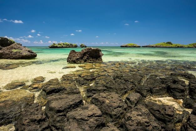 Splendide isole di mare verde smeraldo di formazione di rocce sull'isola di iriomote della spiaggia di hoshizunazu