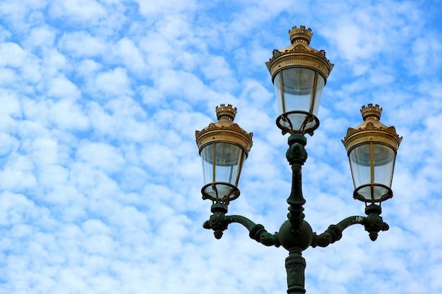 Splendidi lampioni in stile vintage del centro storico di cusco contro il cielo nuvoloso,