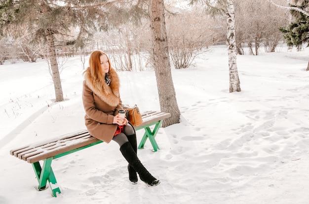 Splendida donna nel parco durante l'inverno