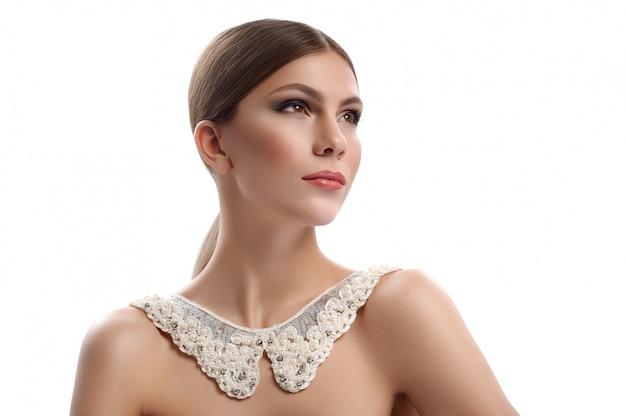 Donna splendida che indossa la collana lacey del collare isolata su bianco