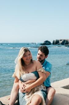 Splendida giovane coppia in viaggio per mare