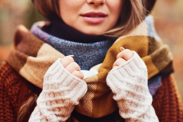 Splendida giovane donna che indossa abiti invernali