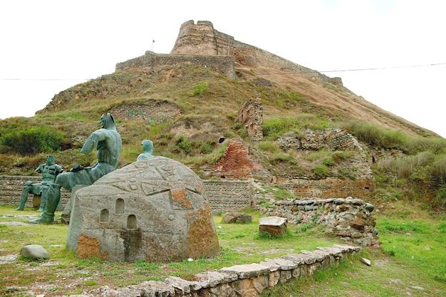 Fortezza di gori sulla collina con il memoriale di sculture di eroi guerrieri georgiani gori city georgia