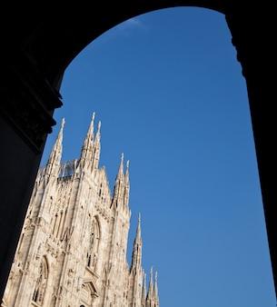La cattedrale gotica ha impiegato quasi sei secoli per essere completata. è la quarta cattedrale più grande del mondo e di gran lunga la più grande d'italia.