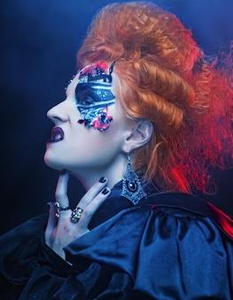 Strega gotica dai capelli rossi. donna oscura.