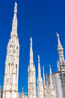 Terrazze gotiche sul tetto del duomo di milano in italia