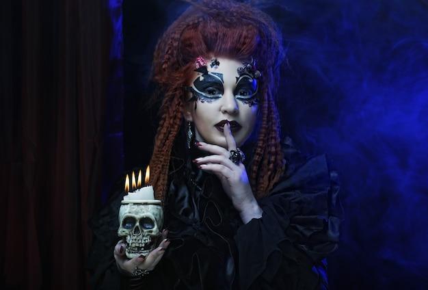 Redhair vampiro gotico donna con teschio.
