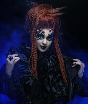 Strega gotica. donna scura. foto di halloween.