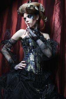 Donna gotica con abito nero