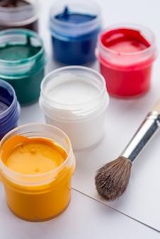Pittura a guazzo su sfondo bianco