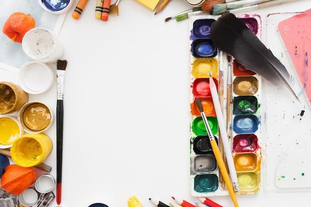 Gouache e tavolozza colorante acquerello sul tavolo bianco