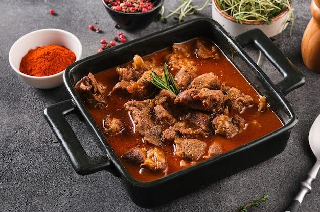 Spezzatino o zuppa di carne di manzo tradizionale ungherese con verdure e salsa di pomodoro e paprika.