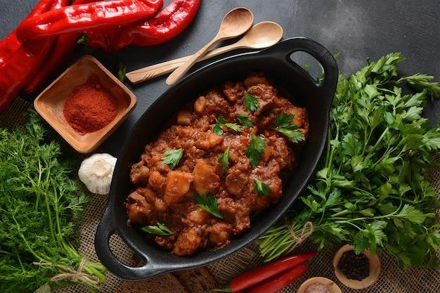 Stufato di carne di manzo tradizionale ungherese di gulasch