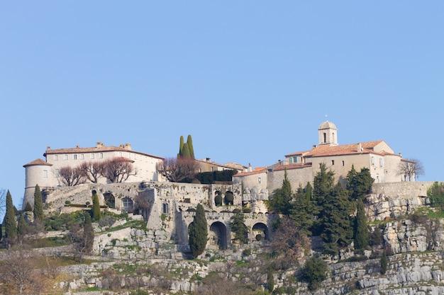 Vista di giorno della città di gourdon, francia. antico borgo feudale in cima a una vetta.