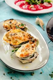 Julienne al forno gourmet servita in un guscio di ostrica
