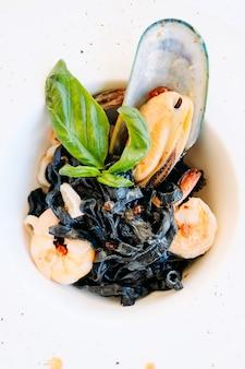 Gourmet colazione pasto pasta nera concetto di pesce. cibo di lusso. ricetta prelibatezza.